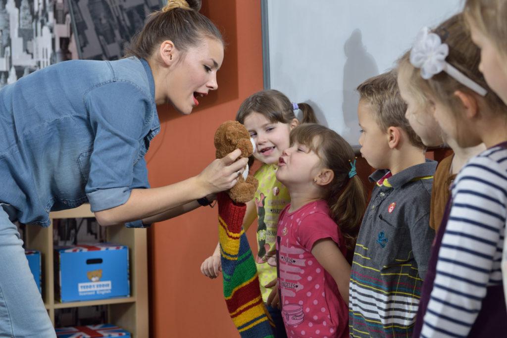 dzieci podczas nauki angielskiego